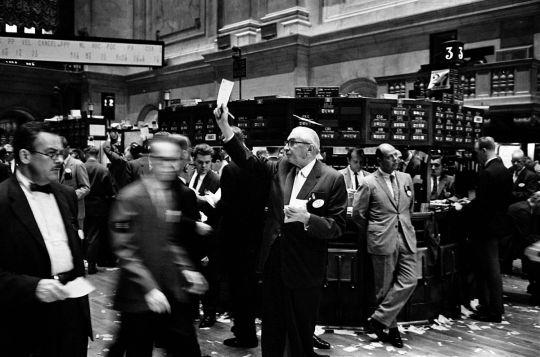 1200px-NY_stock_exchange_traders_floor_LC-U9-10548-6